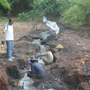 Petugas unit Tipiter Polres Karawang turut turun untuk sidak di salah satu lokasi pengolahan limbah B3 di Desa Mulyajaya, Kecamatan Telukjambe Barat.
