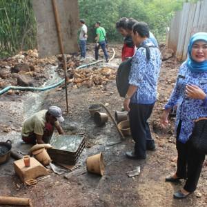 Tim Wasdal BPLH bersama Tipidter Polres Karawang saat melakukan sidak adanya pencemaran limbah B3 ke Sungai Cibeet pada Selasa 20 Maret 2014 di Desa Mulyajaya.