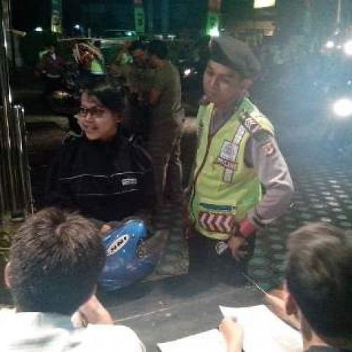 Aparat Polres Karawang memeriksa kelengkapan surat kendaraan di depan Mapolres Karawang dalam razia Sabtu (28/6/14) malam. (Foto; Athur)
