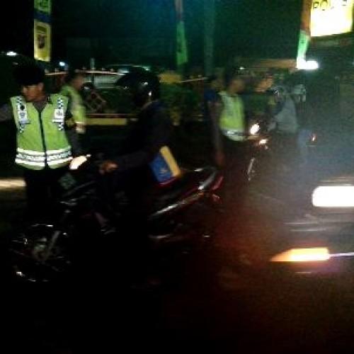Razia sepeda motor di depan Mapolres Karawang Sabtu (28/6/14) malam. Foto (Athar)