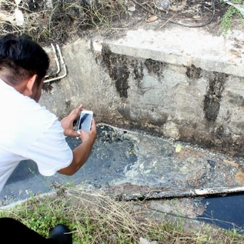 Anggota Tipidter Polres Karawang, saat mengindentifikasi limbah B3 di saluran drainase yang berada di dalam perusahaan.