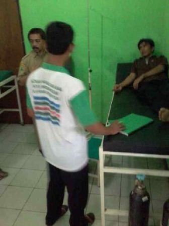 Mang Ojos dalam perawatan sehabis dipukuli preman bayaran (Foto : Yuda)