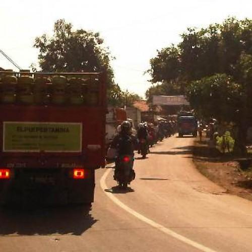 Antrean panjang terjadi di Jalan Syekh Quro Karawang sejak pagi hingga menjelang siang. (Foto; Lisna)