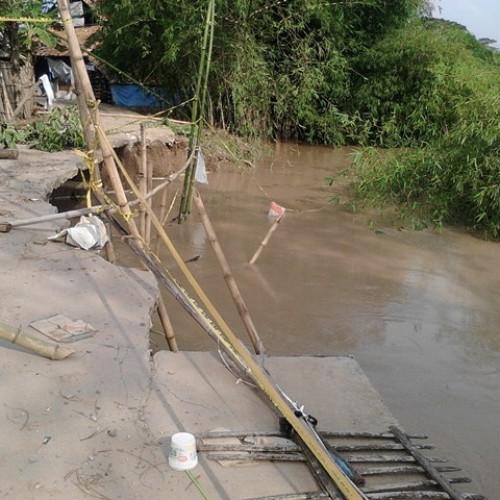 Akibat Sungai Cibeet meluap, jalan menuju Dusun Leuwisisir amblas, sehingga tranportasi jalan terputus. (Foto; Yuda)