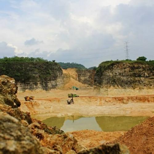Pertambangan batu kapur di wilayah kawasan karst di Desa Tamansari, Kecamatan Pangkalan telah mengancam daur hidrologi Karawang (yuda)