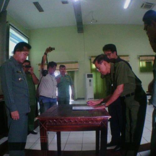 Panitia PPDB Online Saat Menandatangani Pakta Integritas (foto:yuda)