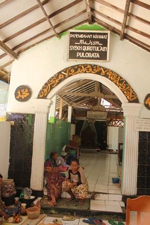 Lokasi masuk menuju makam Syekh Quro, banyak dipadati para gelandangan