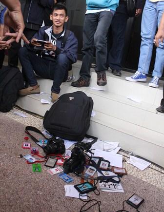 Puluhan insan pers menanggalkan kartu pers nya di depan pintu masuk gedung pelantikan sebagai wujud kekecewaan