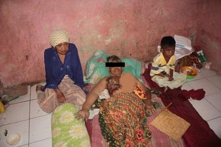 Ibu Sumarni 54 tahun hanya didampingi oleh Ibunya Suhaeni dan anak laki- laki satu- satunya