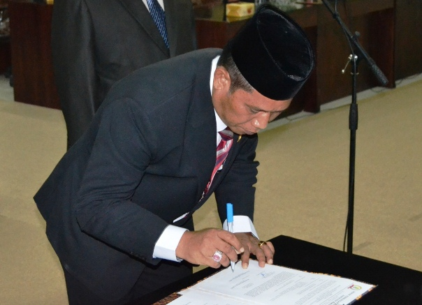 Ketua DPRD Karawang H. Toto Suripto saat menandatangani surat pengesahan pelantikan