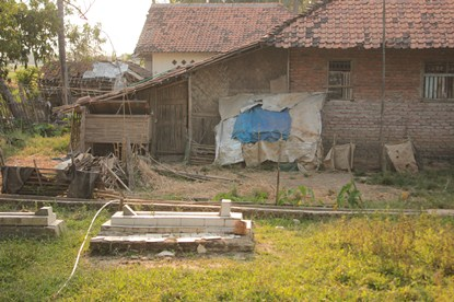 Kuburan terlihat banyak di halaman rumah warga di Desa Karangligar