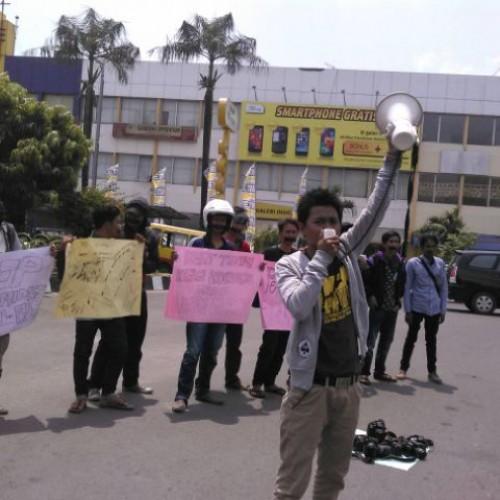 Salah satu wartawan yang berorasi dalam aksi solidaritas