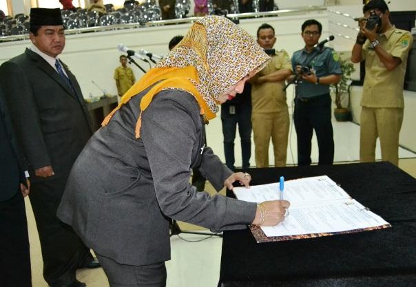 Wakil Ketua 1 DPRD Karawang saat menandatangani pengesahan pelantikan