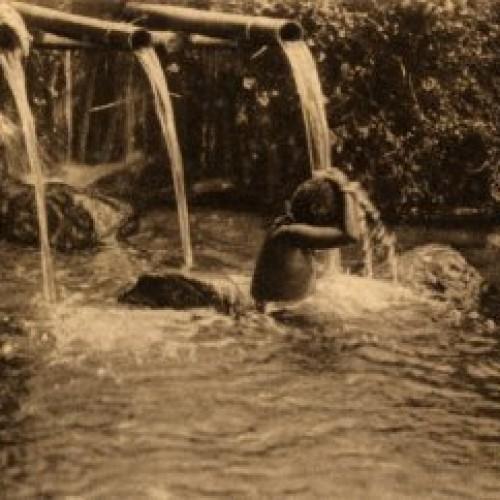 het-baden-in-een-rivier-bij-een-waterleiding-van-bamboe-op-west-java-1920