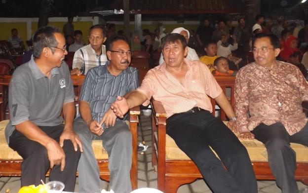 Dasim saat berbincang dengan sejumlah pejabat yang hadir (3)