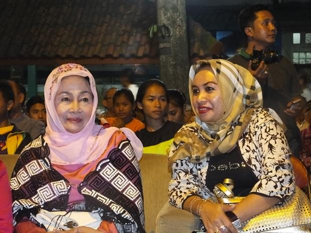 ibu sry bersama ibu ely