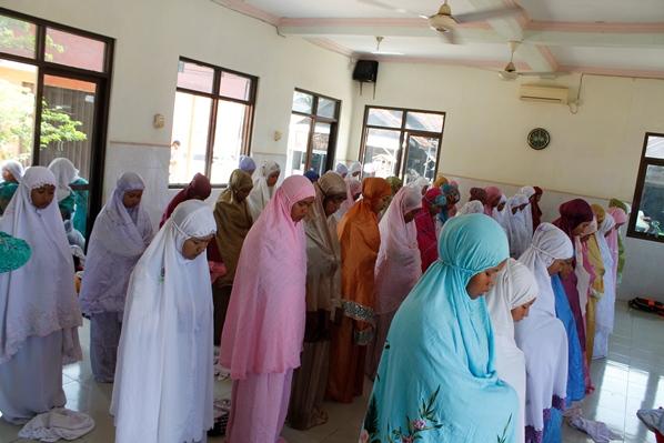 Siswi SMP IT Al-Huda sedang melaksanakan shalat berjama'ah